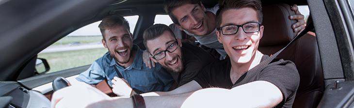 jovenes en auto