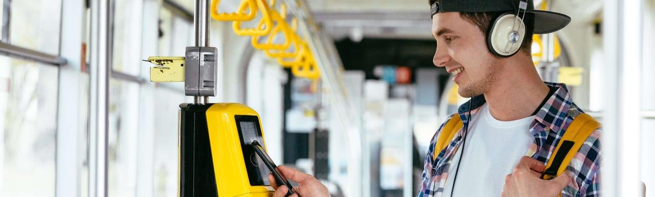 Joven paga bus con celular
